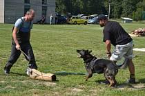 Členové Základní kynologické organizace ve Vodňanech vloni představili dovednosti svých psích miláčků při sportovní akci na Blanici.