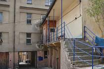 Dva nájemnící bydlící v zadní části někdejšího kina Nový svět se nemohou dostat na ulici.