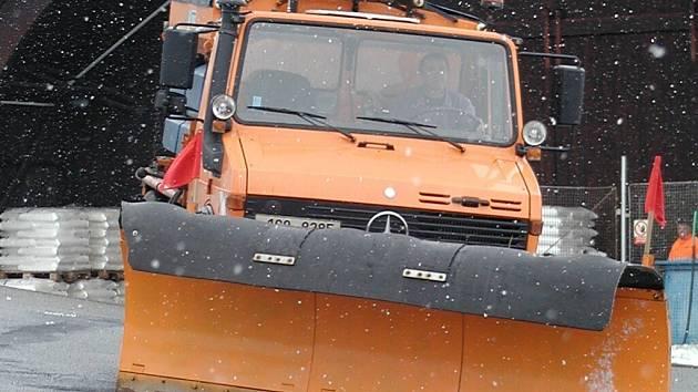 Do výše položených míst okresu vyjely sněhové radlice.