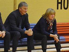 TRENÉŘI basketbalistek USK Praha Ivan Beneš a Natália Hejková.