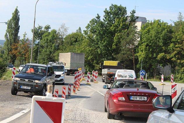 Práce na obchvatu města Strakonice omezily i provoz na silnici České Budějovice - Praha  v oblasti u čerpací stanice Robin Oil.