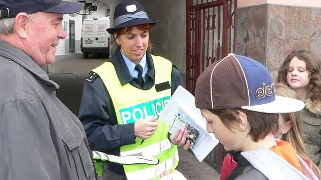 Policisté spolu se školáky dohlíželi na chodce.