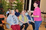 Ke společnému zpívání vánočních koled se sešli zaměstnanci se svými klienty Seniorského domu ve Vodňanech.
