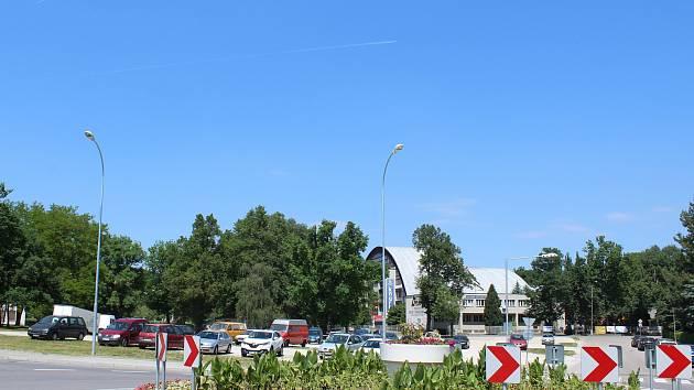 Prostranství před zimním stadionem, kde se dnes běžně parkuje, spíše znají místní jako parkoviště Na Křemelce nebo před zimákem.