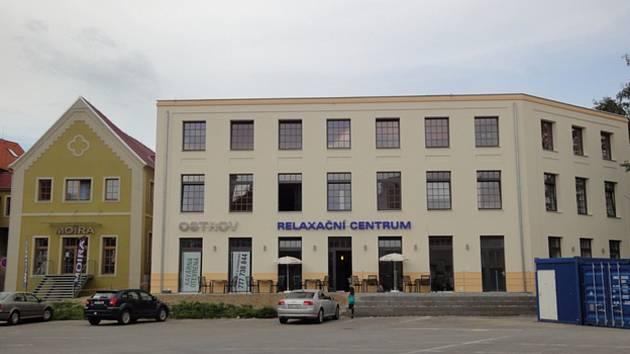 V budově továrny na fezy strakonické podnikatelské rodiny Fürthů je nyní prodejna a továrna značky Moira.