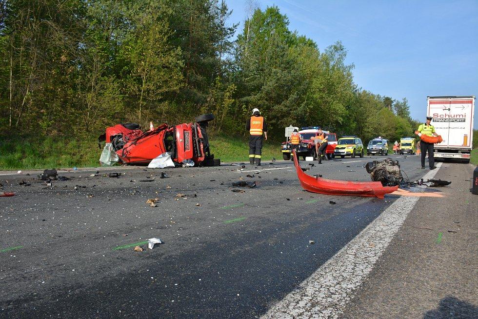 Na silničním okruhu Vodňan ve směru na Strakonice se střetla dvě osobní vozidla s kamionem.