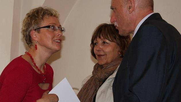 Cenu z rukou hejtmana Jana Zahradníka přebírá Dana Jaroňová ze Soběslavi. Uprostřed je  Jitka Škrnová  z Komunitní nadace Blanicko – Otavské.