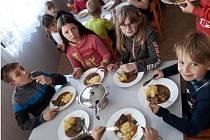 Základní škola ve Střelských Hošticích a její jídelna se zapojila do projektu 100 let spolu. Byli nejlepší z celé republiky.
