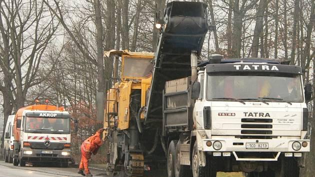 Za obcí Střela se ve středu dělníci pustili do frézování vozovky.