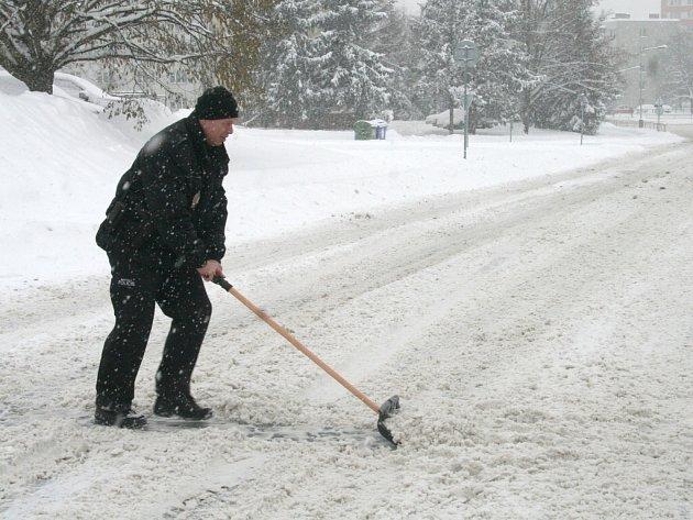 Sníh ve Strakonicích uklízejí i strážníci městské policie.