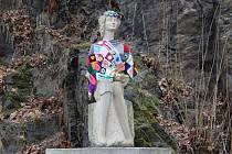 OBLEČENÁ. Zimní výbava sochy Švandy dudáka na Velkém náměstí ve Strakonicích zřejmě inspirovala podobného dobrodince (možná stejného) a oblékl na strakonickém Podskalí i Dorotku, Švandovu nevěstu. Vyvstává otázka, proč už nyní strakonický dudák mrzne, pro