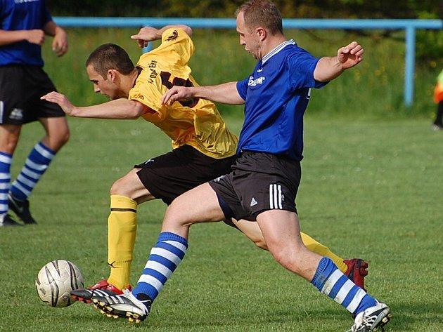 Štěkeňským fotbalistům se daří (na snímku vlevo je Kovanda).
