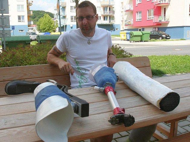 S těmito protézami Miroslav Motejzík závodil v Doksech. Vpravo je protéza na plavání, uprostřed na kolo a vlevo na běh. Celkem jich má doma šest.