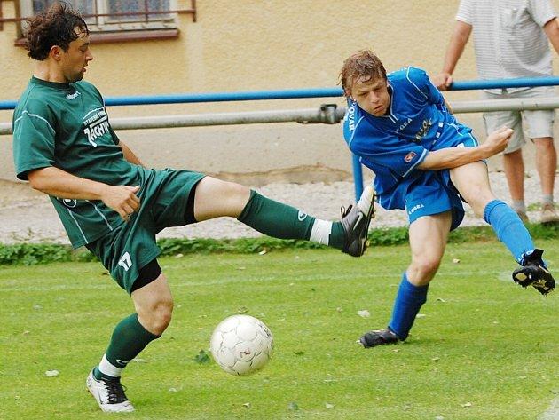 Strakoničtí hrají v neděli naposledy v sezoně 2007/2008 před domácími fanoušky. Proti Doubravce se chtějí rozloučit vítězstvím. Sestava by měla být stejná jako minule proti Jankovu (vpravo je Ondřej Křivanec).