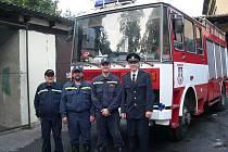 Před jedním z automobilů Sboru dobrovolných hasičů Strakonice II. jsou zprava Jan Vondrys, Petr Waldmann, Jiří Poskočil a Jiří Soukup st.