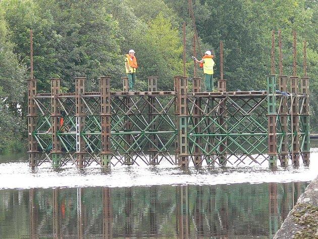 Přípravy montáže lávky nad řekou Otavou.