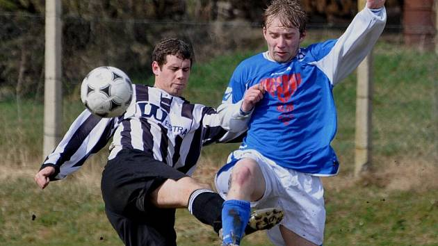 Fotbalisté Katovic (v modrém) v generálce vyhráli v Sousedovicích 4:1.