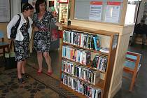 Šmidingerova knihovna v pátek oficiálně otevřela mini půjčovnu knih na vlakovém nádraží. Vlevo je zástupkyně Českých drah Jiřina Nováková, vpravo ředitelka knihovny Andrea Karlovcová.
