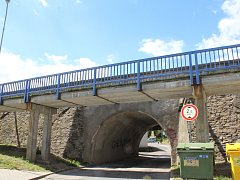 """Téměř 200 let starý most se za pár  týdnů stane  minulostí. Jedná se o velmi vzácný most.Jde o """"novostavbu"""" na císařské silnici z roku 1825, časem z něj zmizela i sousoší a přistavěny byly lávky pro pěší. Pod mostem vedla cesta ke starým jatkám."""