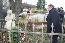 Položení věnců k pomníku padlým ve Starém Dražejově.