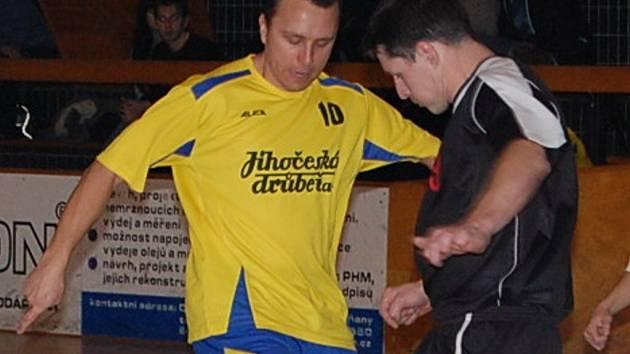 Michal Remta (vlevo) je se 17 góly druhým nejlepším střelcem Vodňanské ligy.