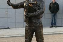 Bronzová socha dudáka stojí od úterý 15. listopadu 2011 uprostřed nové křižovatky na Velkém náměstí ve Strakonicích.