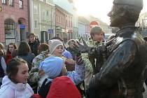 Ihned po odhalení se kolem sochy srotily děti.