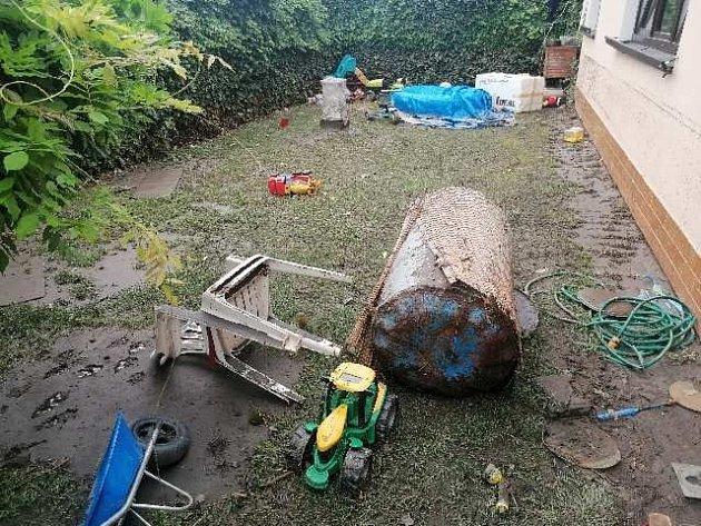 Následky bleskové povodně vPřešťovicích.