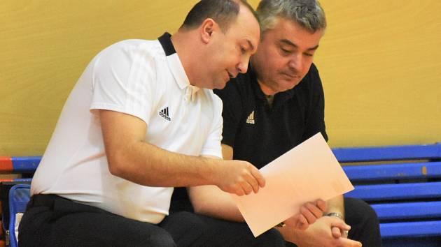 Novým předsedou strakonického basketbalu je Jiří Johanes. Na snímku vpravo s Petrem Martínkem.