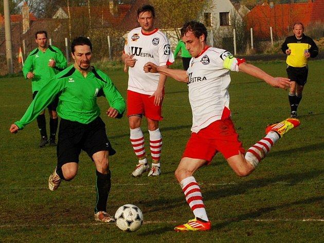 Na vítězství Sousedovic 4:1 nad Poříčím se Milan Glazunov (vpravo) podílel jedním gólem.