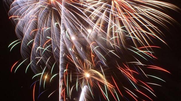Novoroční ohňostroje lákají stovky lidí.