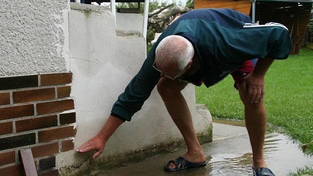 František Kočárník z Vodňan ukazuje, kam sahala voda na jeho zahradě v úterý 4. srpna ráno.