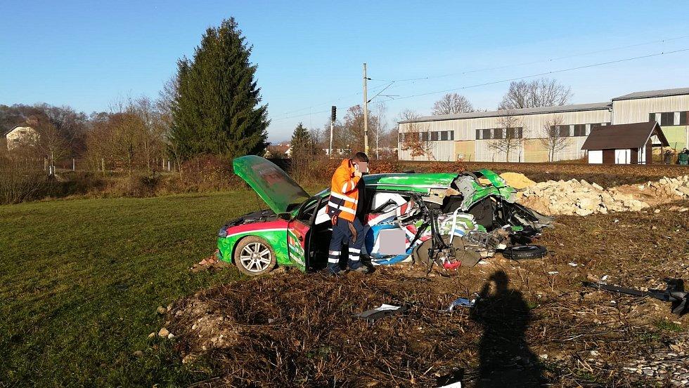 Řidič vozu audi zřejmě kvůli oslnění sluncem přehlédl výstražná světla na kolejích u Čejetic a vjel před projíždějící vlak. Nehoda se stala v roce 2018.