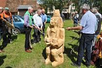 Od pátku 31. května až do neděle 2. června bylo možno na nádvoří zámku ve Střelských Hošticích sledovat při práci tři umělce, kteří přetvářeli kmeny stromů na sochy.