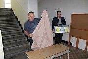 Volební místnost na Podsrpu je otevřená půl hodiny.