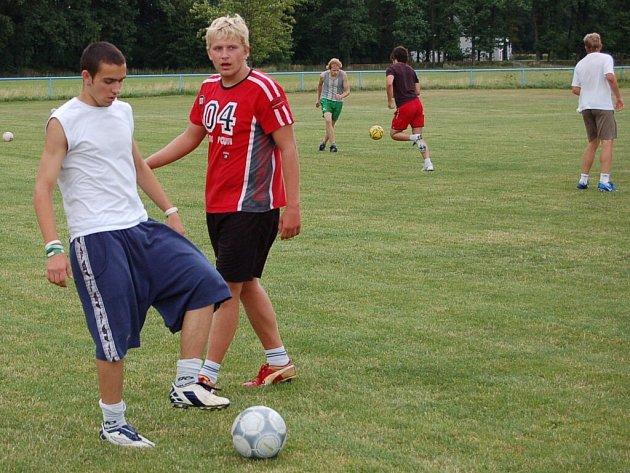 Štěkeňští vkládají velké naděje do mladých hráčů. Na snímku jsou Jaroslav Kovanda a Miroslav Čížek (zleva).