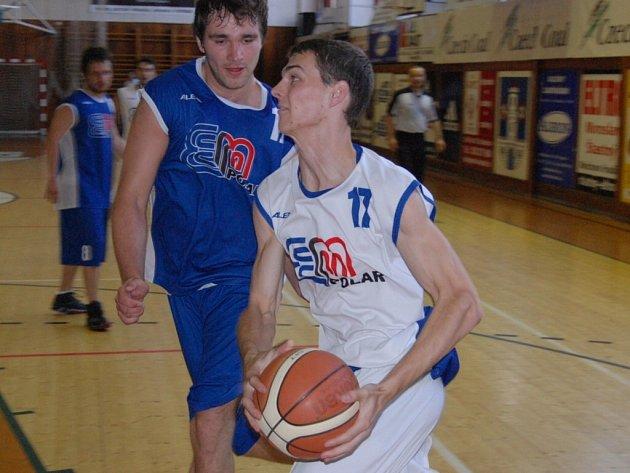 Ve druhém ročníku basketbalové exhibice E.ON utkání hvězd jihočeského basketbalu, jenž se konal o víkendu ve Strakonicích, porazili bílí modré 103:89. K vidění byly pohledné akce a smeče.