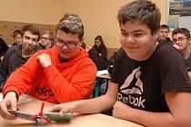 Studenti si mohli vyzkoušet i pokusy s fotovoltaikou.