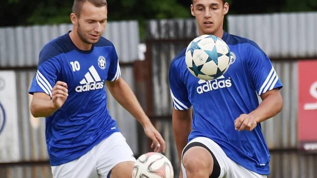 Vladimír Uher (vlevo) si připsal proti Sušici hattrick, Michal Požárek dal čtyři góly.