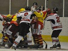 Hokejisté Strakonic porazili v odevtě derby Radomyšl 5:1 a poté si s pohárem užívali oslavy prvenství v krajské lize.