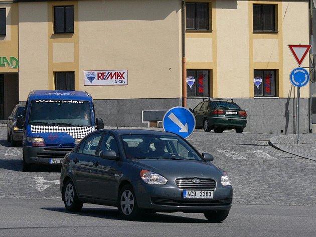 Stačí tři čtyři auta a je úsek mezi kruhovou křižovatkou a sjezdem na Katovickou plný.
