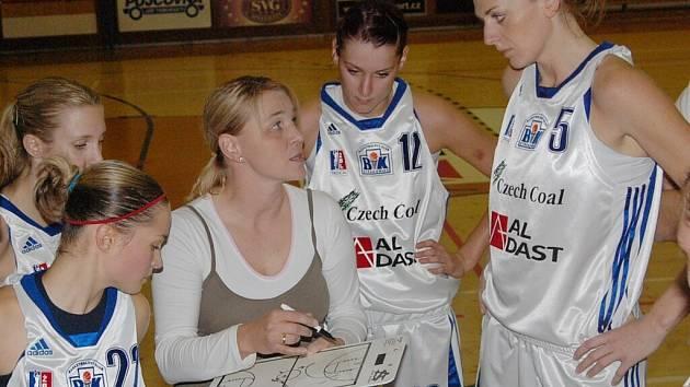 Basketbalistky Strakonic v sobotu míří do Hradce Králové. Na snímku zleva jsou Zuzana Pilátová, trenérka Marcela Krämerová, Alena Podskalská a Petra Reisingerová.