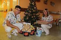 Už čtyři roky shání Monika Šroubová pro děti v nemocnici dárečky k Mikuláši, na Vánoce i na Velikonoce. Na svém oddělení je pak dětem předává například primář Martin Gregora a vrchní sestra Hana Furišová (na snímku).