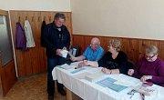 """Prvním voličem v obci Hoslovice byl krátce po 14. hodině Karel Škrle. """"Bydlím tady od roku 1985 a volím pravidelně,"""" řekl. V obci je evidováno 78 voličů, ale ne všichni tady žijí. Účast je tady vždy kolem 60%."""