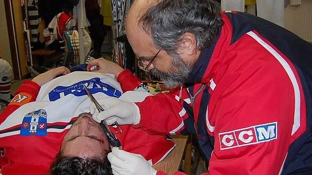 Klubový doktor Milan Bazgier měl při utkání plné ruce práce.