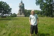Josef Němec v Sudoměři u sochy Jana Žižky.