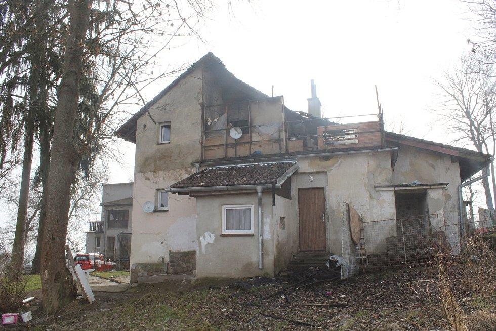 Prohořelá střecha, všudypřítomný pach spáleniště prolitého vodu. Místo úterního požáru ve Strakonicích.