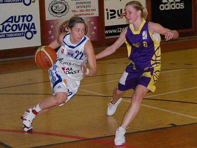 Strakonické basketbalistky v letošní sezoně se Slovankou třikrát prohrály – 50:61, 64:74 a 61:85. Vydaří se jim alespoň středeční čtvrtý vzájemný zápas? Na snímku jsou zleva strakonická Zuzana Pilátová a Pavla Rákosníková.
