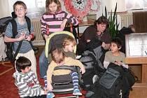 Děti z Dětského domova ve Volyni při balení na prázdniny.