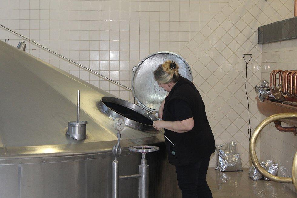 Eva Roučková měří objem vařené mladiny. Velikost várky se pohybuje od 180 do 260 hl v závislosti na stupňovitosti vařené mladiny.